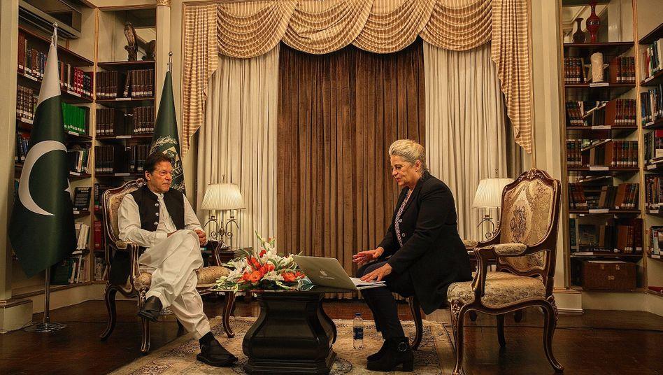 """Premier Khan mit SPIEGEL-Redateurin Susanne Koelbl in Islamabad:""""Ich werde sie nicht davonkommen lassen"""""""