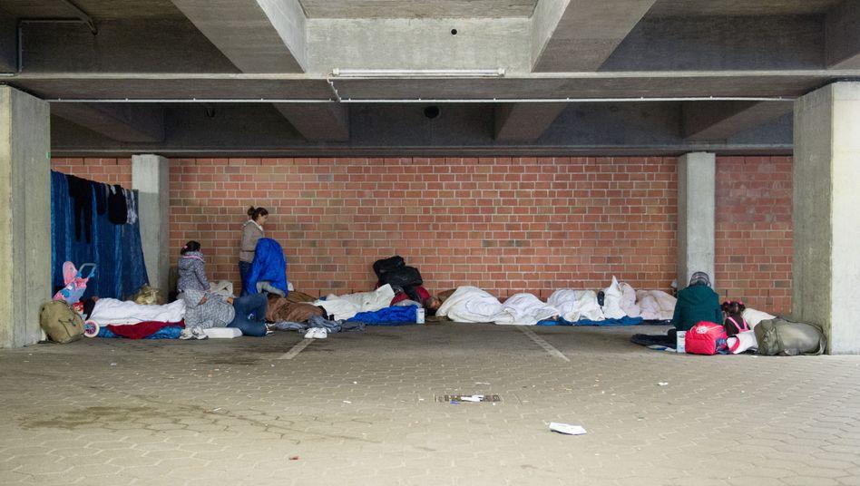 Die Unterkünfte sind voll: Flüchtlinge schlafen in Hamburg in einem Parkhaus