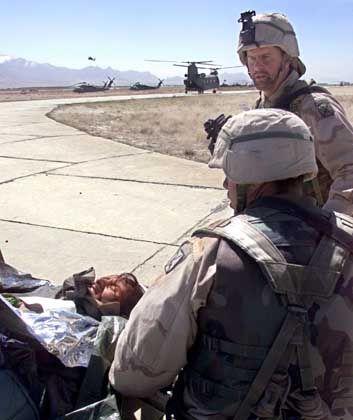 US-Soldaten mit einem schwer verletzten Kriegsgefangenen auf der Militärbasis Bagram