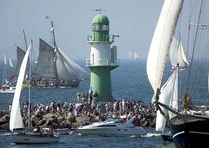 Tausende Hanse-Sail-Besucher beobachten die auslaufenden Schiffe