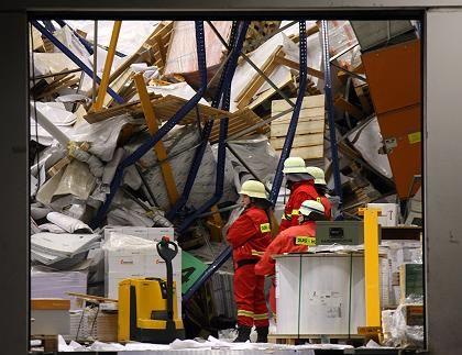 Eingestürztes Regal in der Lagerhalle: Ein Trümmerberg aus Stahl und Papier
