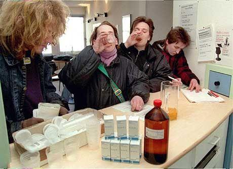 Hamburger Drogenabhängige bei der täglichen Methadon-Einnahme