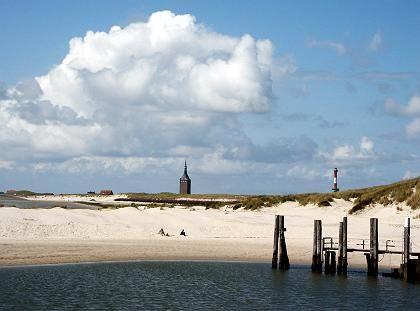 Blick auf die Westspitze der Insel: Hier legen die Fähren an, im Westturm ist die Jugendherberge untergebracht