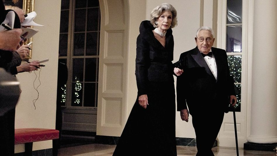 Ehepaar Nancy, Henry Kissinger 2011 im Weißen Haus: »Einsam voran«
