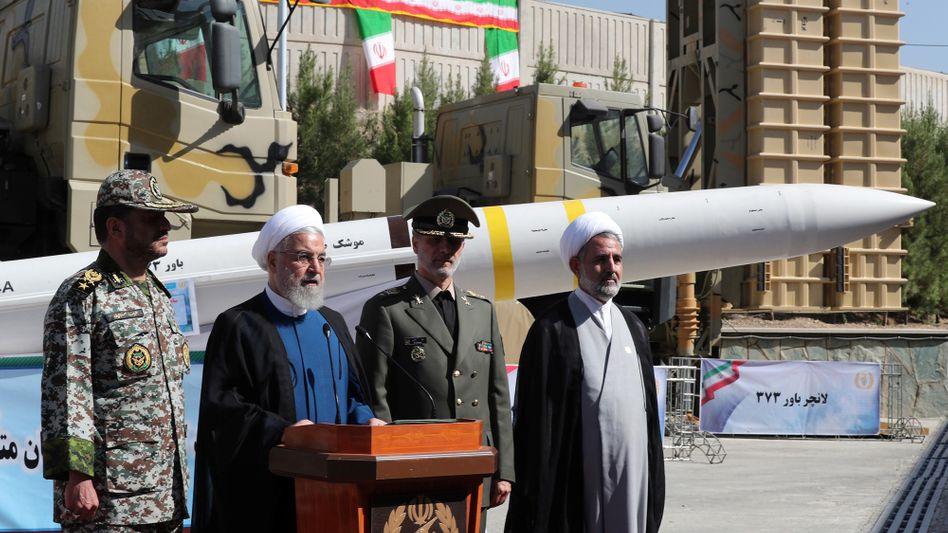 """Hassan Rohani (Mitte) präsentiert neues iranisches Raketenabwehrsystem """"Bawar-373"""": Besser als die S-300 und nah an den S-400?"""