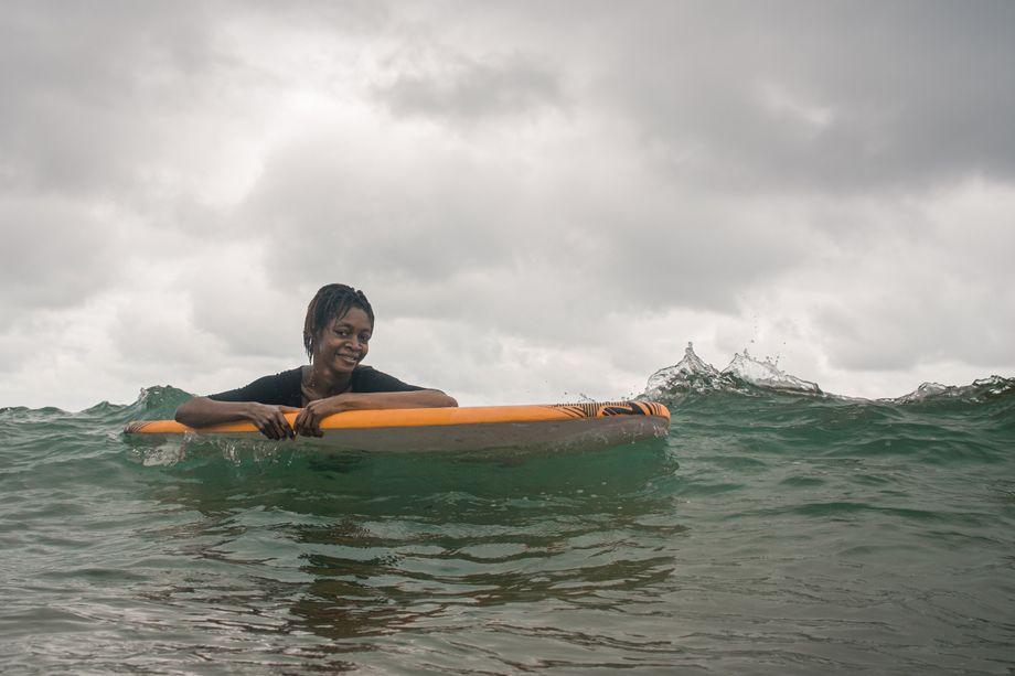 Für Frauen in Sierra Leone heißt Surfen lernen, zunächst die eigenen Ängste zu überwinden - kaum eine kann schwimmen