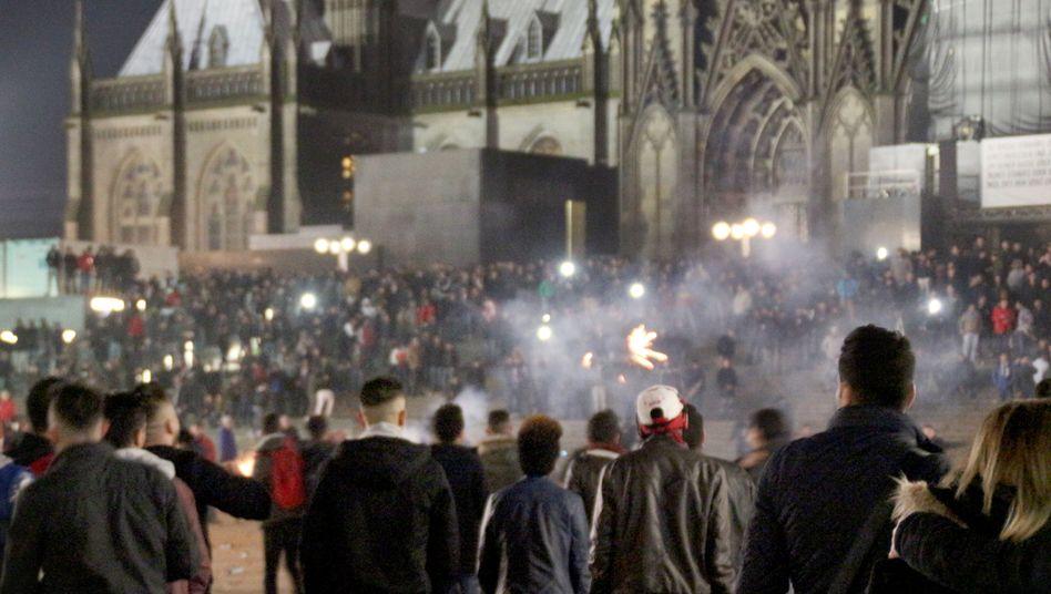 Menschen auf dem Vorplatz des Kölner Hauptbahnhofs in der Silvesternacht 2015