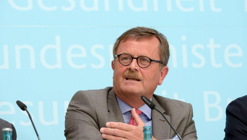 Frank Ulrich Montgomery (Archivbild): Der BÄK-Präsident hält nicht viel von der Idee, allen Versicherten schneller einen Termin beim Facharzt zu garantieren.