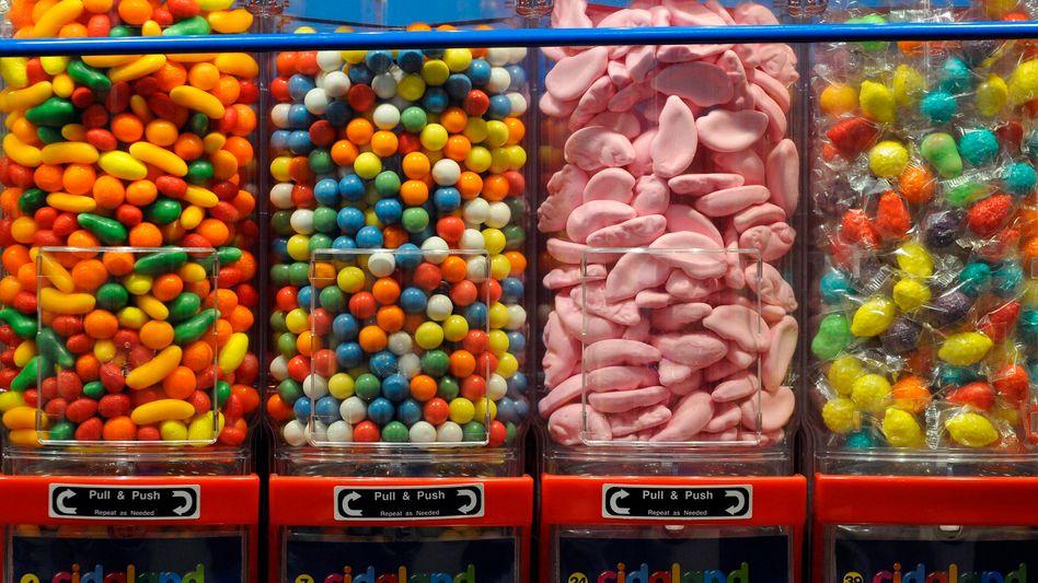 Süßwarenautomat: Wer als Kind zu oft mit Süßigkeiten belohnt wurde, ist als Erwachsener unter Umständen aggressiver