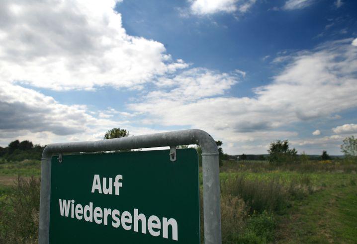 Schild am Rand der Oberlausitz: Wie hält man junge Frauen im ländlichen Raum?