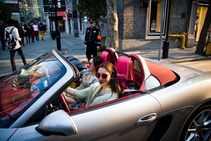 Porsche-Fahrerinnen in Shanghai: Die meisten Selfmade-Milliardärinnen der Welt