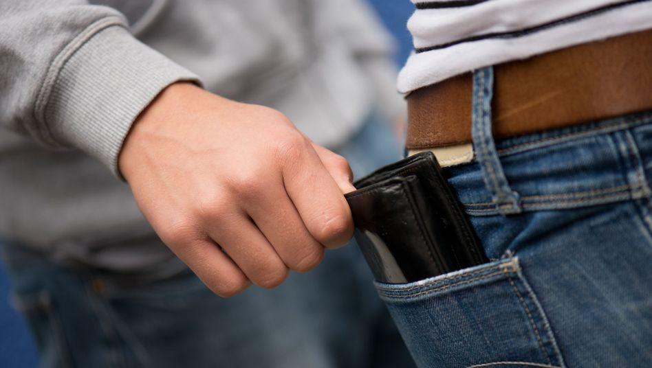 Taschendiebstahl (Symbolfoto)