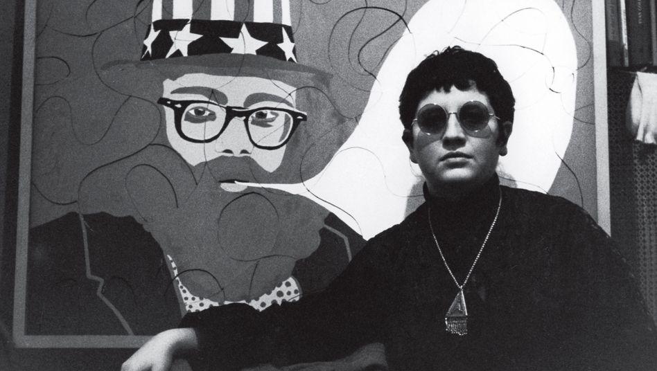"""Ulrike Ottinger 1966 in Paris vor ihrem Bild """"Allen Ginsberg"""""""