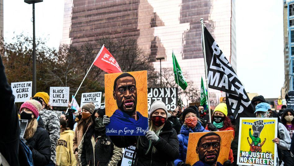 Demonstranten vor dem Gerichtsgebäude in Minneapolis