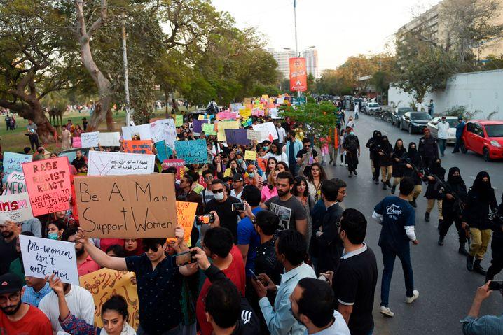 Karachi in Pakistan: Polizistinnen mit Schleiern und Gewehren eskortierten die Demonstranten