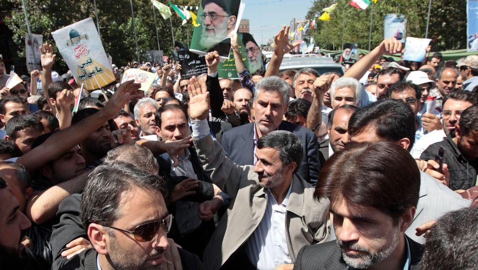 Irans Präsident Ahmadinedschad winkt seinen Anhängern zu: Hetze gegen Israel