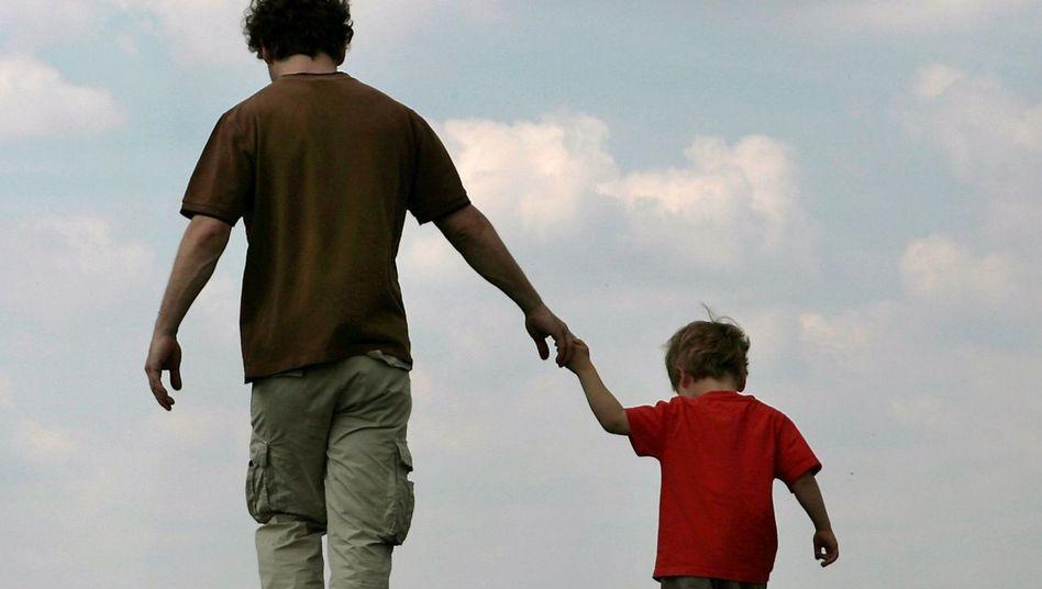 Vater und Sohn: Pro Monat ein paar Euro mehr