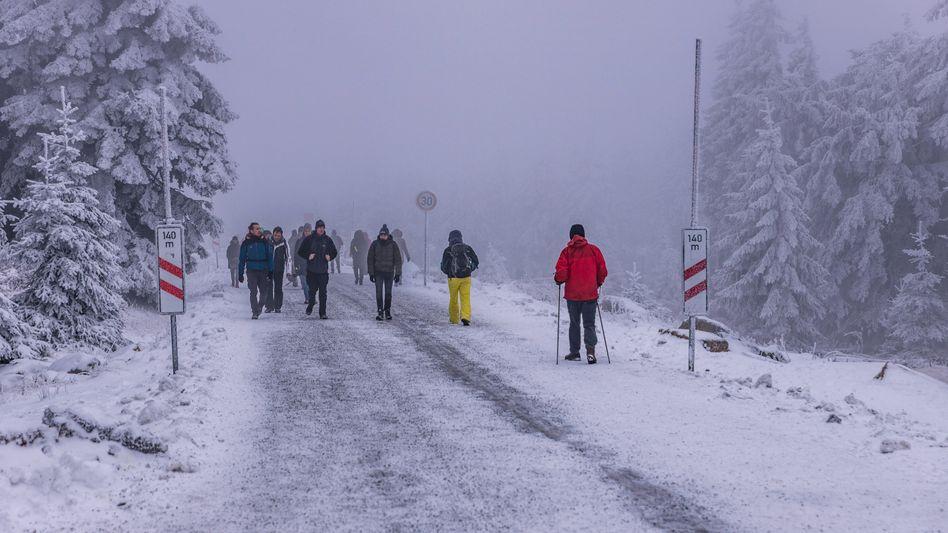 Winterwanderer auf dem Brocken im Harz am Weihnachtswochenende