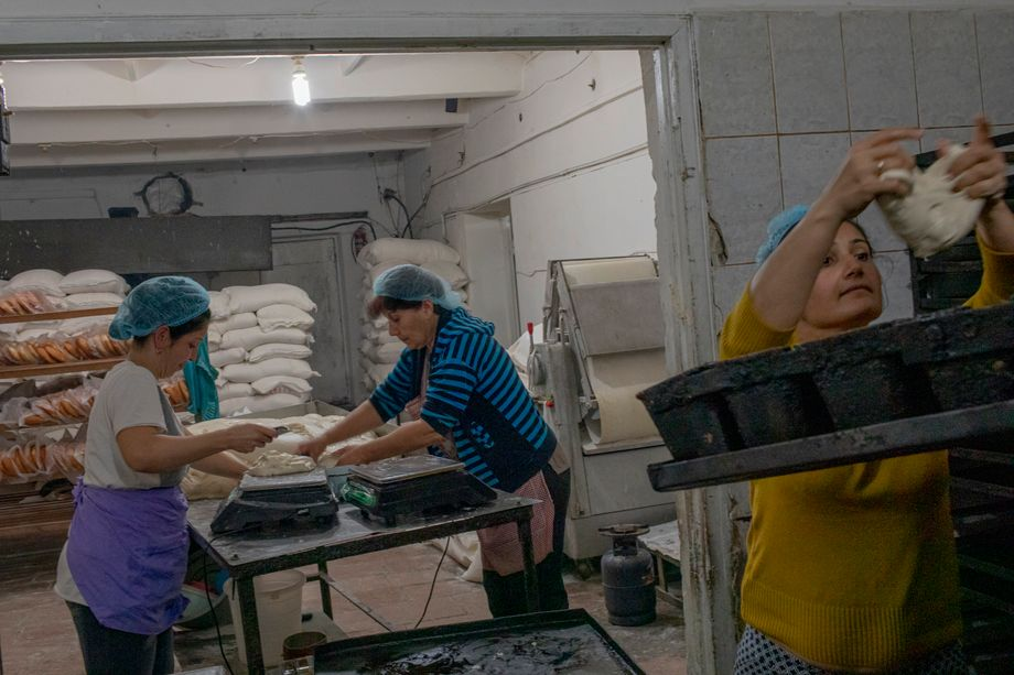 Mitarbeiterinnen in der Bäckerei: knapp 14.000 Brote am Tag