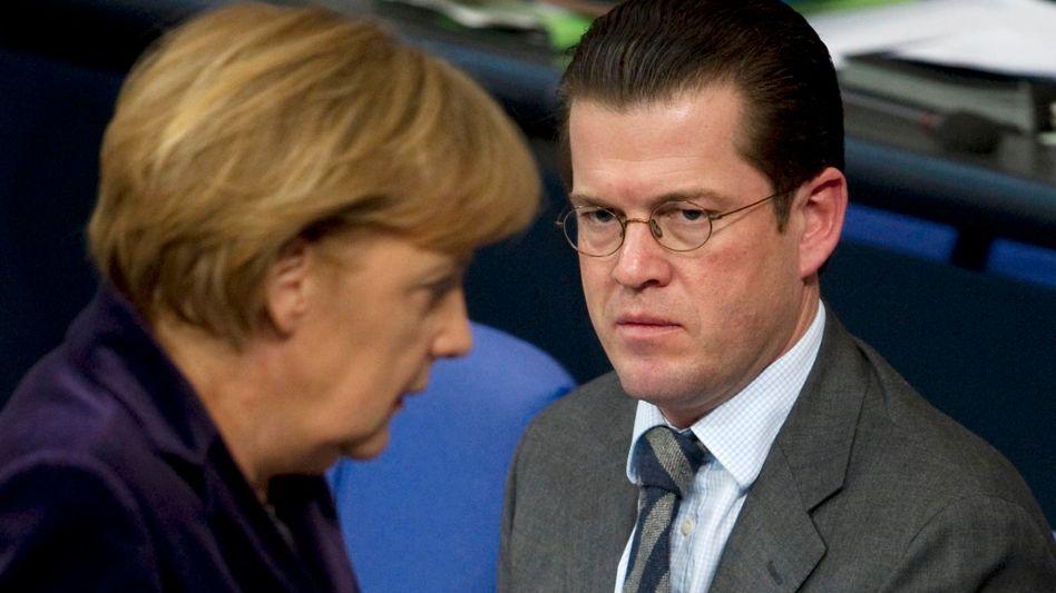 Bundeskanzlerin Merkel mit Verteidigungsminister Guttenberg: Forderung sei gerechtfertigt