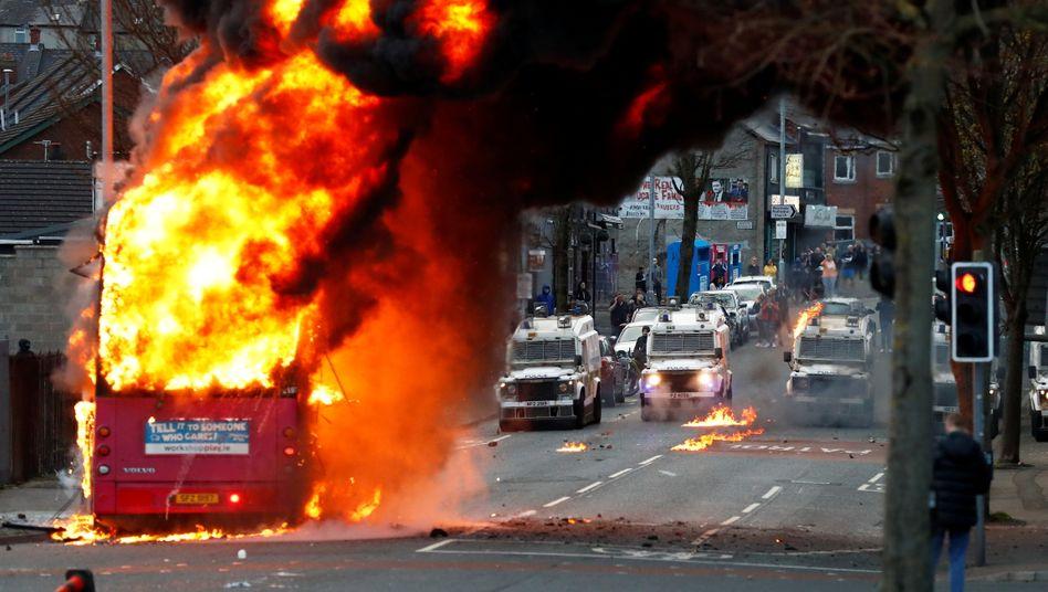 Auf Videos ist zu sehen, wie ein Doppeldeckerbus zunächst mit Brandsätzen beworfen wurde und später komplett ausbrannte