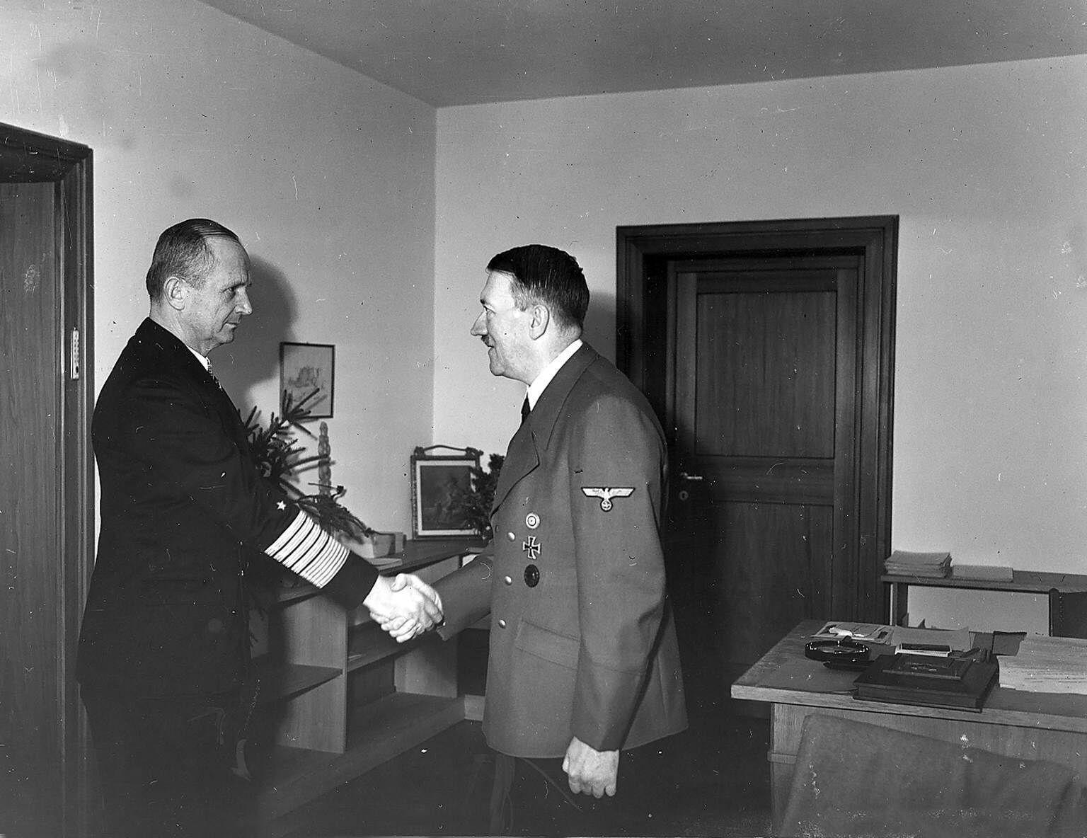 Deutschland, Drittes Reich: Adolf Hitler begrüßt Grossadmiral Karl Dönitz