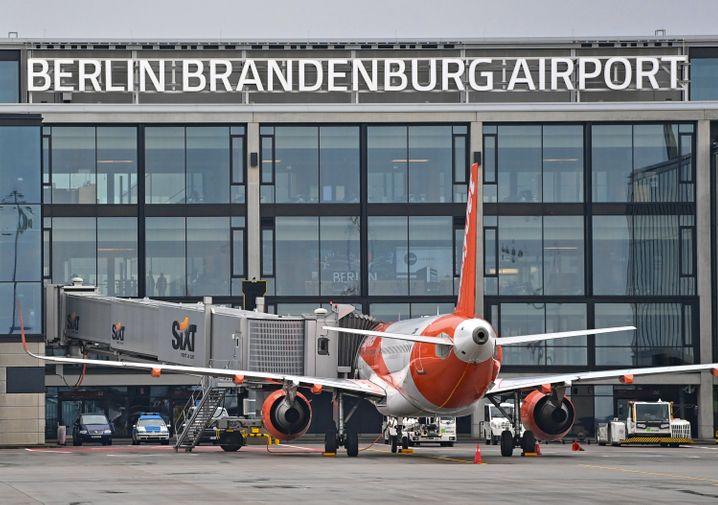 Ein Passagierflugzeug am Terminal 1 des BER