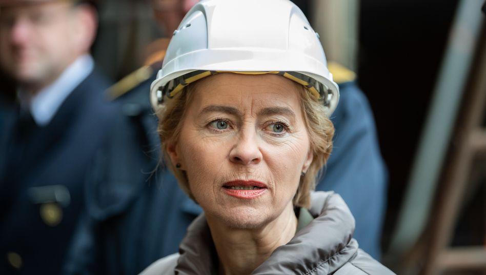 """Ursula von der Leyen beim Besuch der """"Gorch Fock"""" Ende Januar in Bremen"""