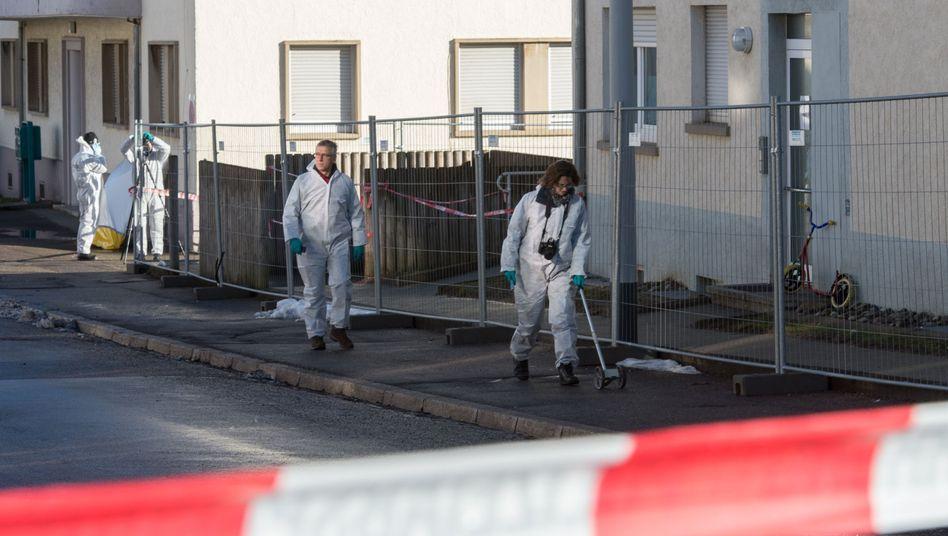 Villingen-Schwenningen: Kriminalbeamte untersuchen den Tatort auf Hinweise.