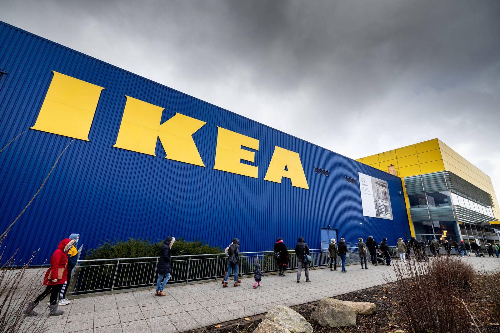 Kiel, 12. M?rz 2021 - Lange Warteschlange am Eingang des IKEA Einrichtungshaus in Kiel *** Kiel, 12 March 2021 Long queu