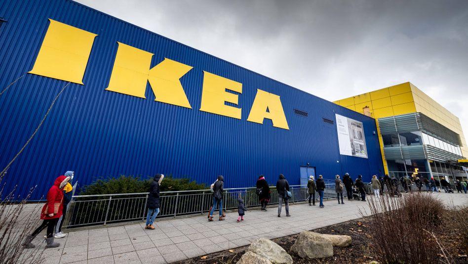 Eingang einer Kieler Ikea-Filiale: Derzeit soll man nur mit FFP-Maske, negativem Schnelltest und Luca-App kommen