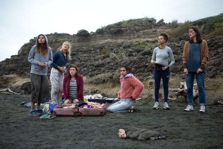 16 Dosen Cola und ein paar aufgeplatzte Koffer: Teenagerinnen in »The Wilds«