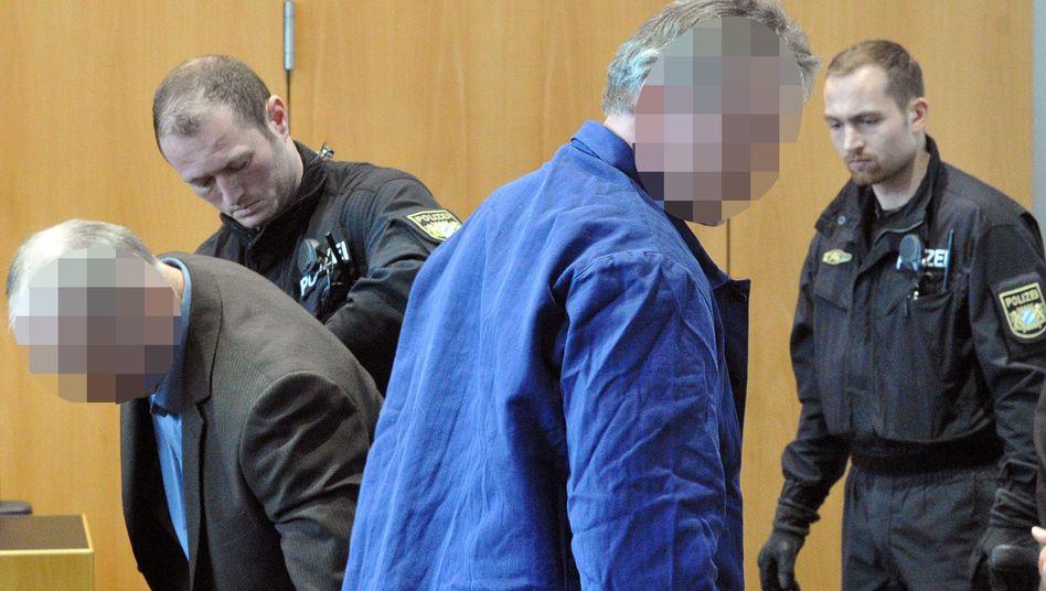 Angeklagte Raimund M. (l.) und Rudolf R. vor Gericht: Depression mit wahnhaften Zügen