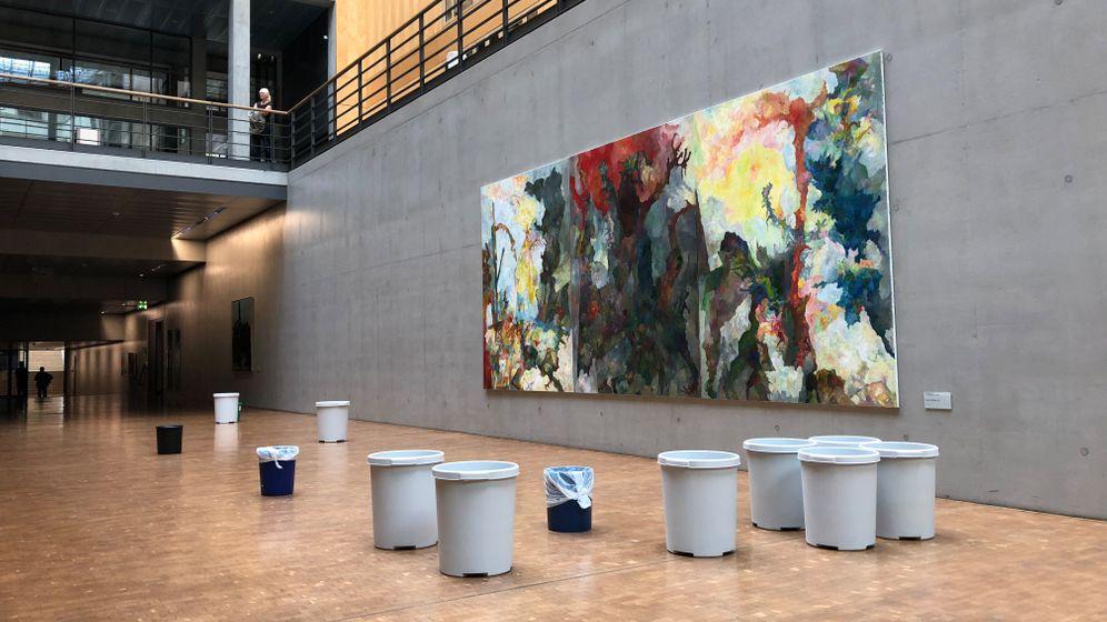 Undichter Bundestag: Alles im Eimer