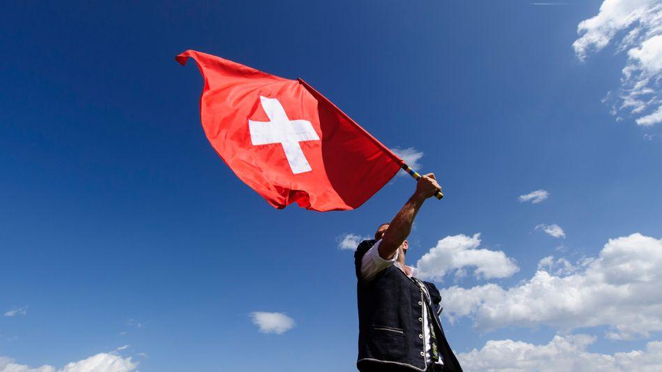Die Schweizer Flagge hochhalten: Deutsche sind enttäuscht von ihrer Wahlheimat