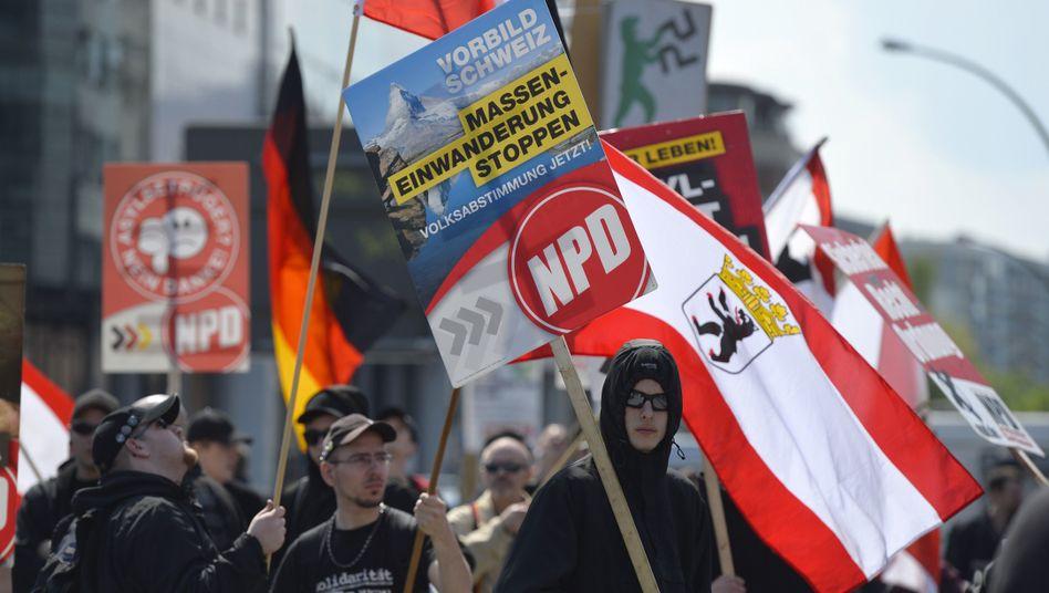 Berlin: Nazi-Gegnerblockieren NPD-Aufmarsch in Kreuzberg