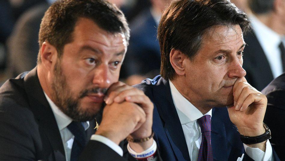 Lega-Chef Salvini, Ministerpräsident Conte (bei Gedenkveranstaltung im Mai): Nun will die komplette italienische Regierung offiziell das EU-Strafverfahren vermeiden