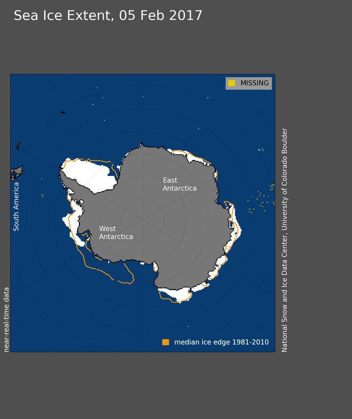 Eisausdehnung in der Antarktis am 5. Februar. Die Amundsen-See vor der Westküste ist nahezu eisfrei. Die orangefarbene Linie zeigt die durchschnittliche Ausdehnung der Jahre 1981 bis 2010.
