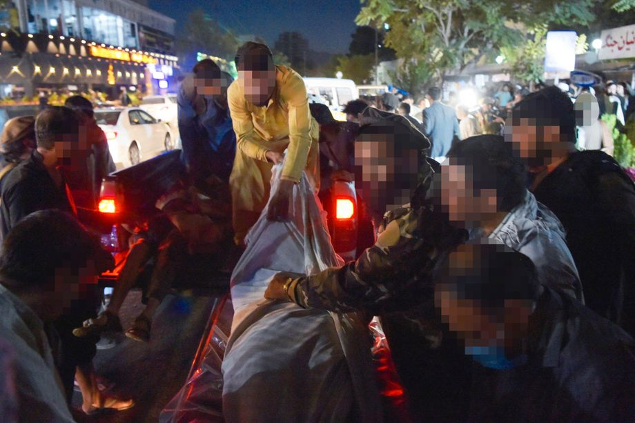 Nothelfer transportieren Verletzte ab