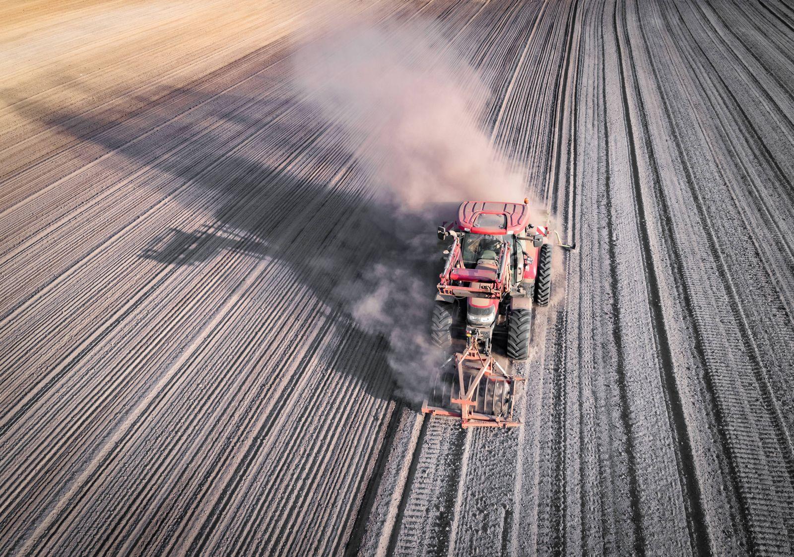 Trockenheit - Dürre. Herbstbestellung mit viel Staub, Luftaufnahme. Wegen langanhaltender Dürre staubt es auf dem knoche