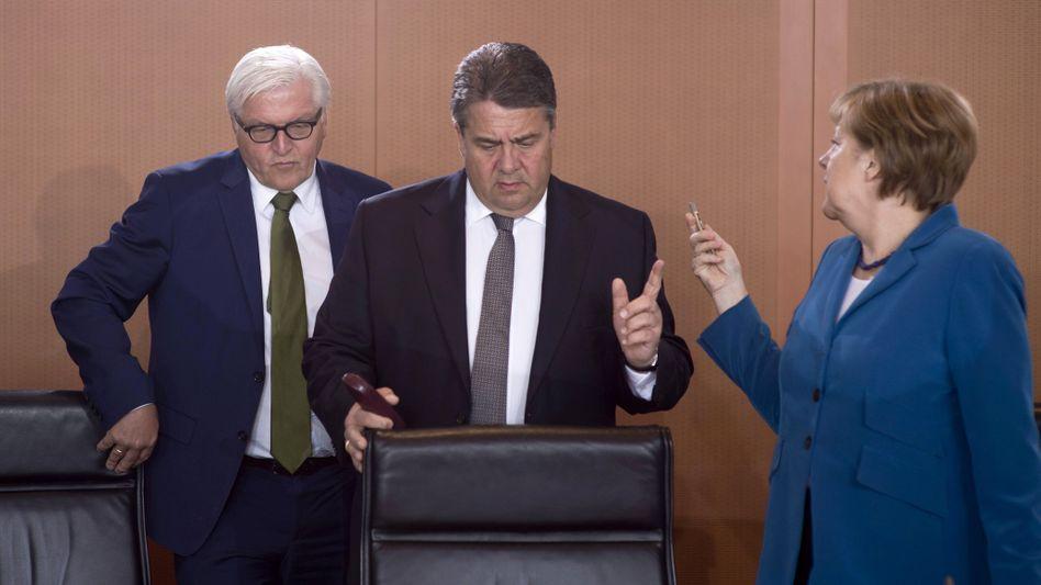 SPD-Politiker Steinmeier und Gabriel mit Kanzlerin Merkel