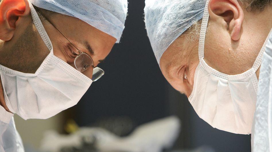 Mediziner im OP: Die Manipulationen haben die Einstellung zur Organspende bei fast jedem dritten negativ beeinflusst