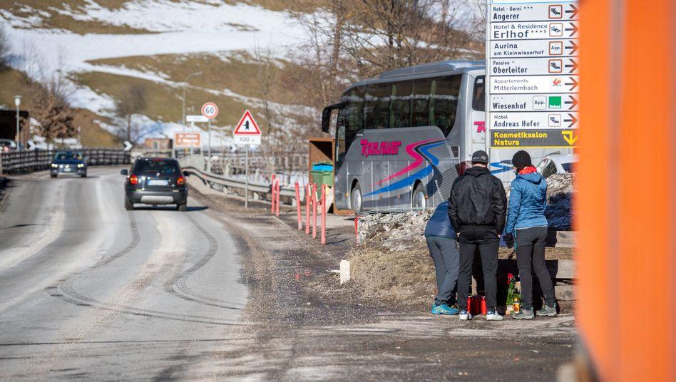 Trauernde am Unglücksort in Luttach: Wie schnell fuhr der Unfallverursacher?