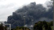 Großbrand in Chemiefabrik - Bürger sollen zu Hause bleiben