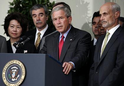 Bush, gestern in Washington mit Kabinettsmitgliedern: Wegen Irak-Krieg den Dammschutz vernachlässigt?