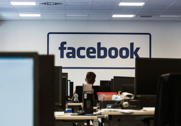 Die Mitarbeiter sind bei Arvato angestellt - an der Wand prangt aber das Facebook-Logo