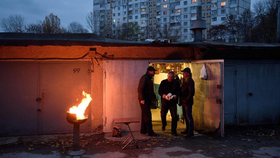 """Die Filmemacherin Natalija Yefimkina hat für ihre Dokumentation """"Garagenvolk"""" im Norden Russlands Garagensiedlungen besucht, die heute als Rückzugsort des russischen Mannes dienen - als Trainingsraum, Proberaum oder zweites Wohnzimmer."""