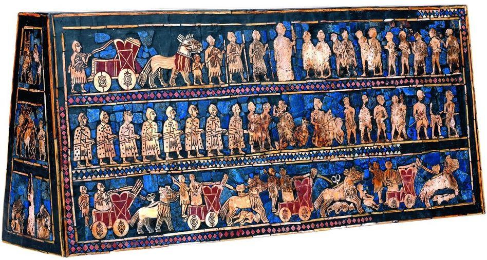 Schmuck mit Lapislazuli die Standarte von Ur. Sie ist eine Beigabe zu einem Königsgrab. Es handelt sich um einen Kasten, rund 50 Zentimeter lang, der an den Längs- und Stirnseiten mit Friesen verziert ist. Darauf zu sehen sind Menschen im Frieden wie im Krieg.
