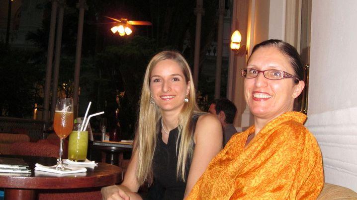 Martina Wahl, 25, arbeitet im Raffles-Hotel, hier hat sie Besuch von ihrer Mutter