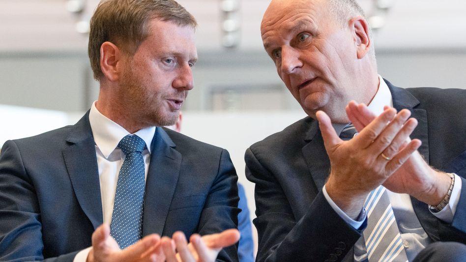 Sachsens Ministerpräsident Michael Kretschmer (links) und sein brandenburgischer Amtskollege Dietmar Woidke: Steigende Umfragewerte kurz vor den Landtagswahlen